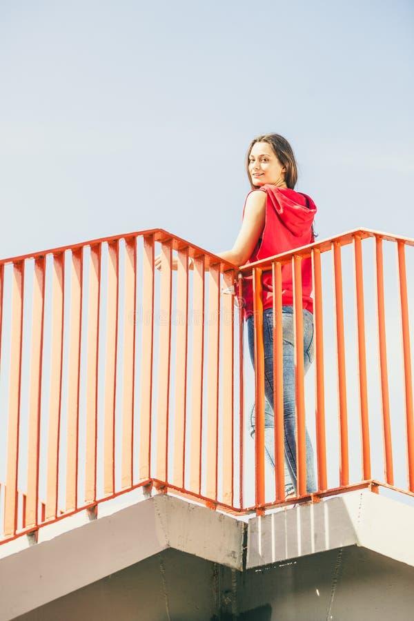 Городская девушка конька на мосте стоковое изображение