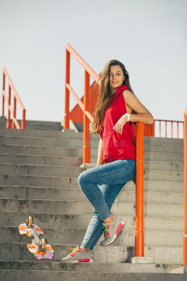 Городская девушка конька с скейтбордом стоковая фотография rf