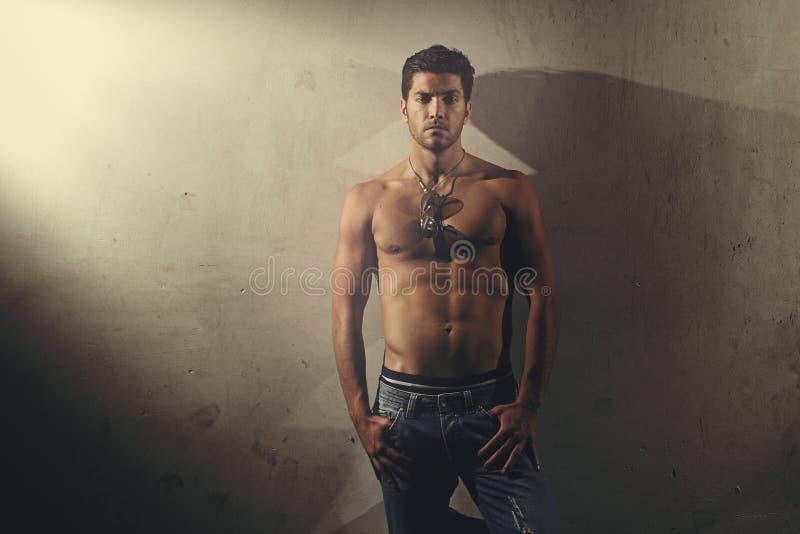 Городская съемка красивого человека без рубашки стоковые изображения