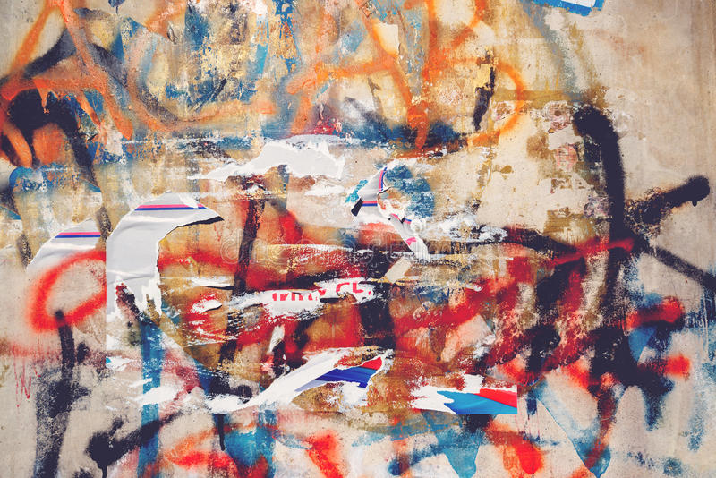 Городская текстура grunge, сорванные плакаты и граффити на стене улицы стоковые фотографии rf