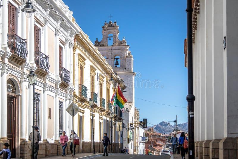 Городская улица с церковью Merced Ла на предпосылке - Сукре, Боливии стоковые изображения rf