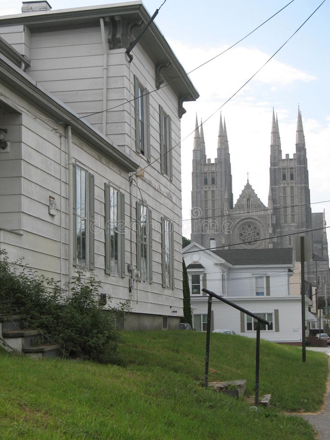 Городская церковь и дома стоковые фотографии rf