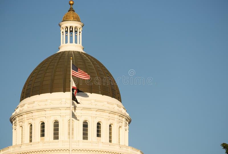 Городское здание купола Сакраменто Калифорнии прописное стоковое изображение rf
