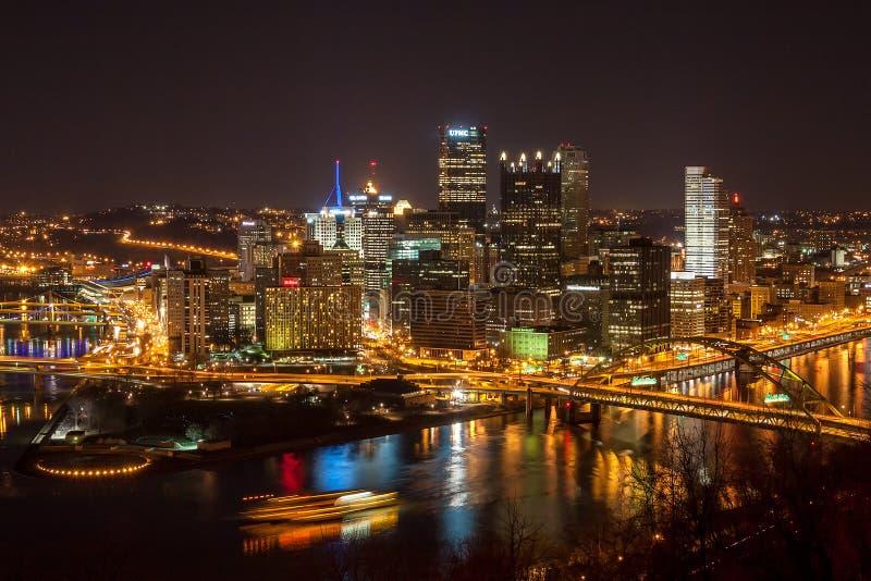 Городское Питтсбург на ноче стоковая фотография rf