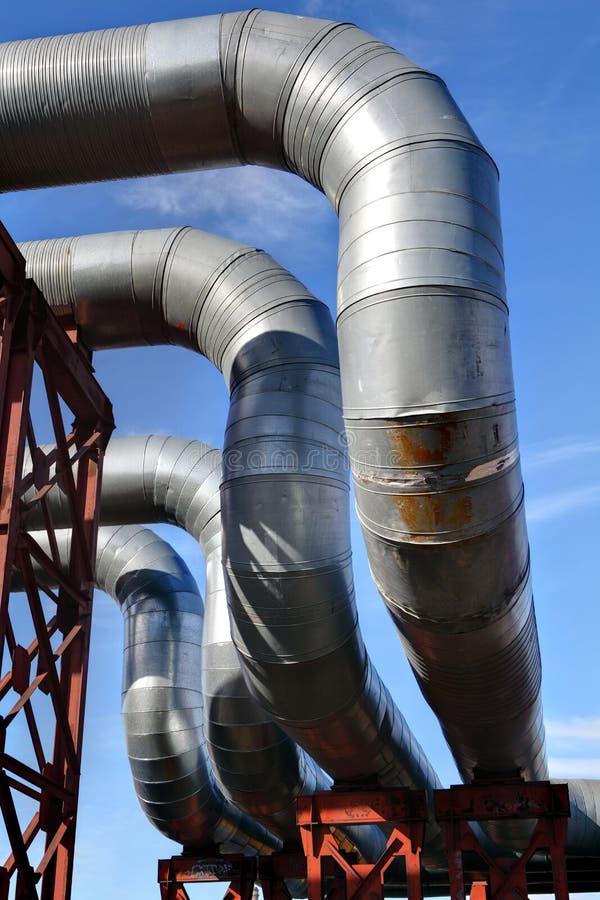 Городское топление, надземный трубопровод, коленья трубы стоковые изображения rf