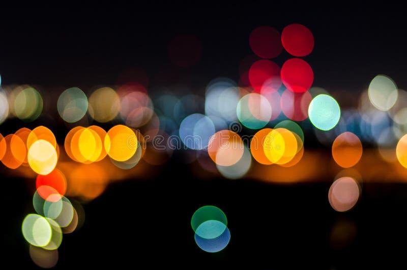 Городское bokeh света ночи города, defocused предпосылка нерезкости стоковая фотография rf