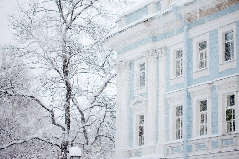Городской ландшафт зимы, вьюга, расплывчатое изображение стоковое изображение