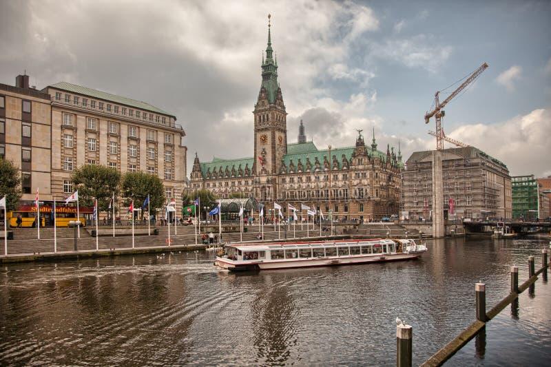 Городской Гамбург на пасмурный день Шлюпки проходя на водные пути стоковые изображения rf