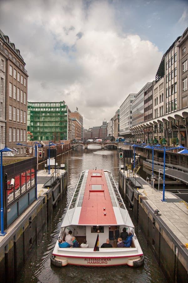 Городской Гамбург на пасмурный день Шлюпки проходя на водные пути стоковые изображения