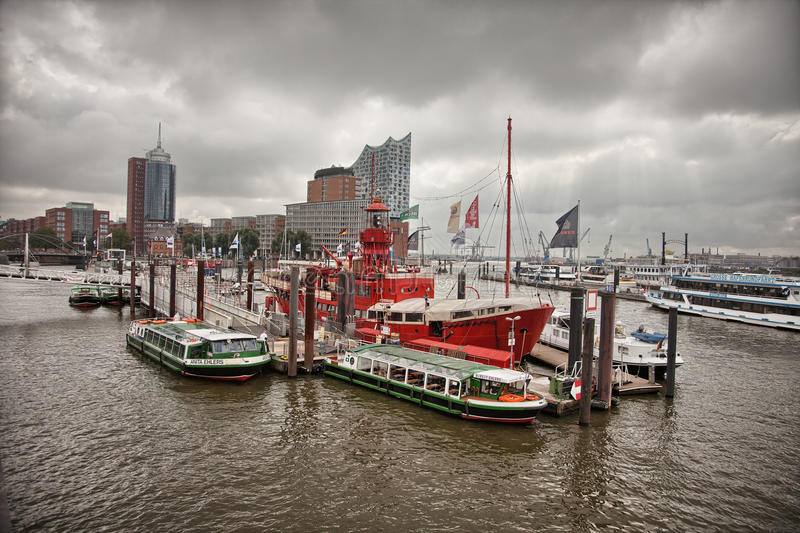 Городской Гамбург на пасмурный день Шлюпки проходя на водные пути стоковые фотографии rf