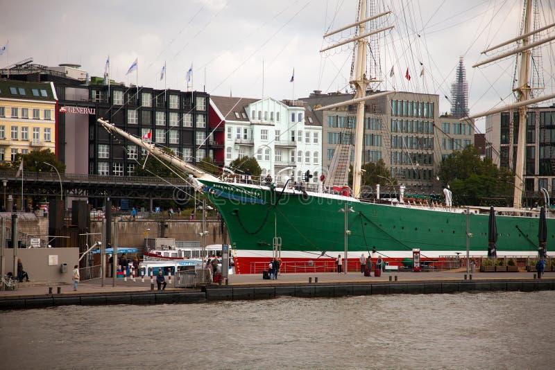Городской Гамбург на пасмурный день Шлюпки проходя на водные пути стоковое фото rf