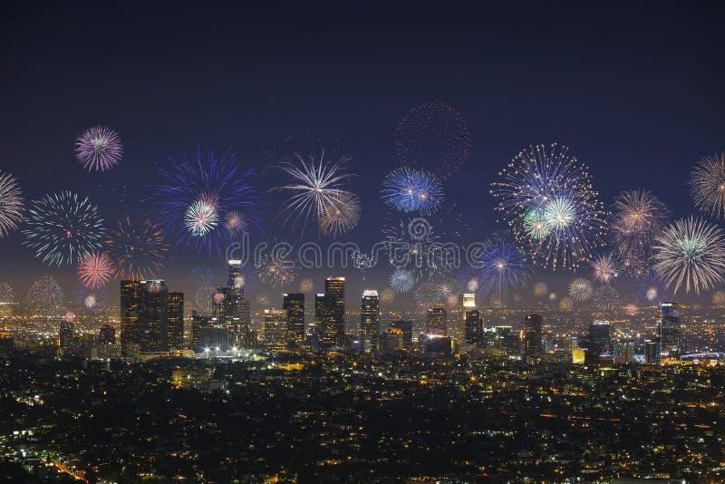 Городской городской пейзаж Лос-Анджелеса с взрывая фейерверками во время Новых Годов Eve стоковые фото