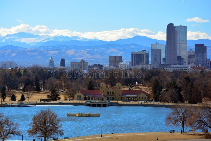 Городской Денвер, небоскребы Колорадо с скалистыми горами i стоковые фото