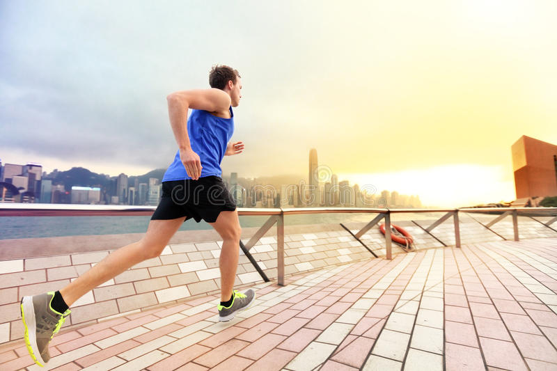 Городской идущий бегун человека в горизонте города Гонконга стоковые фотографии rf