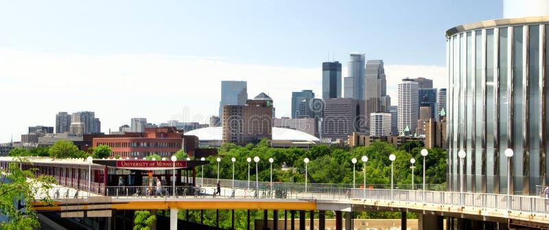 Городской Миннеаполис от кампуса университета Minnes стоковая фотография rf