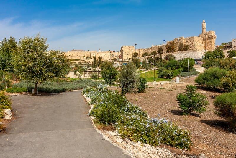 Городской парк, башня Дэвида и цитадель в Иерусалиме. стоковые фотографии rf