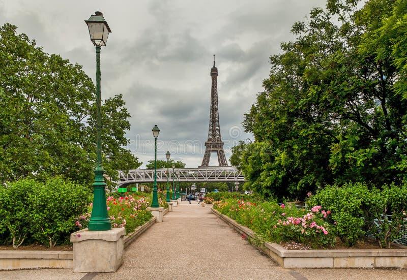 Городской парк и Эйфелева башня в Париже, Франции стоковое фото