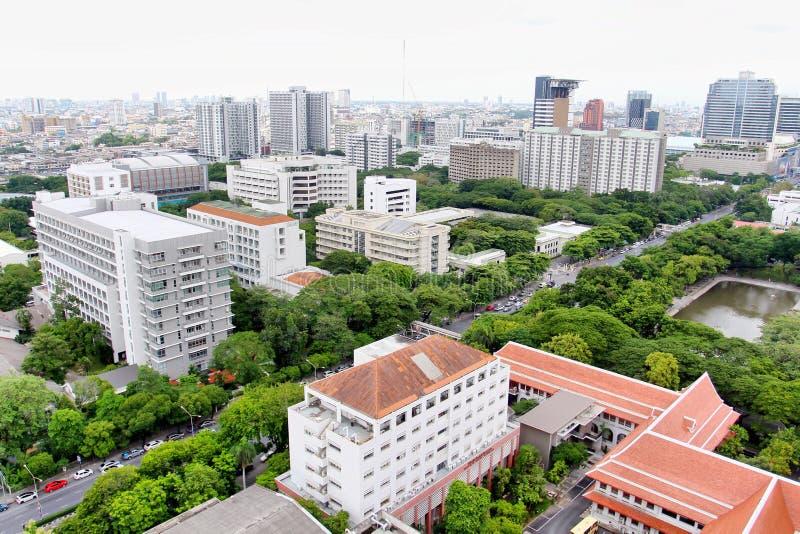 Городской пейзаж Бангкока на верхней части крыши университета Chulalongkorn стоковое фото rf