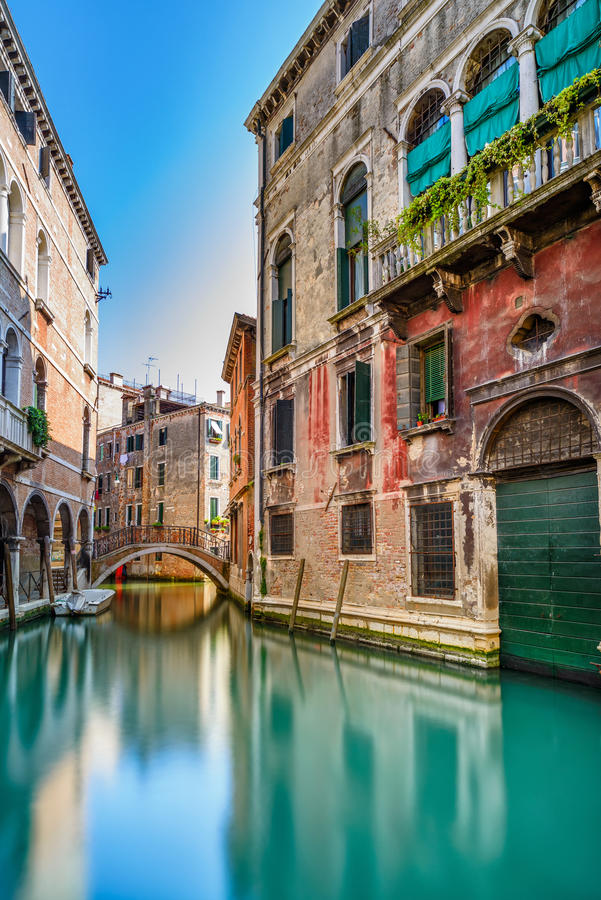 Городской пейзаж Венеции, канал воды, мост и традиционные здания. Италия стоковые изображения