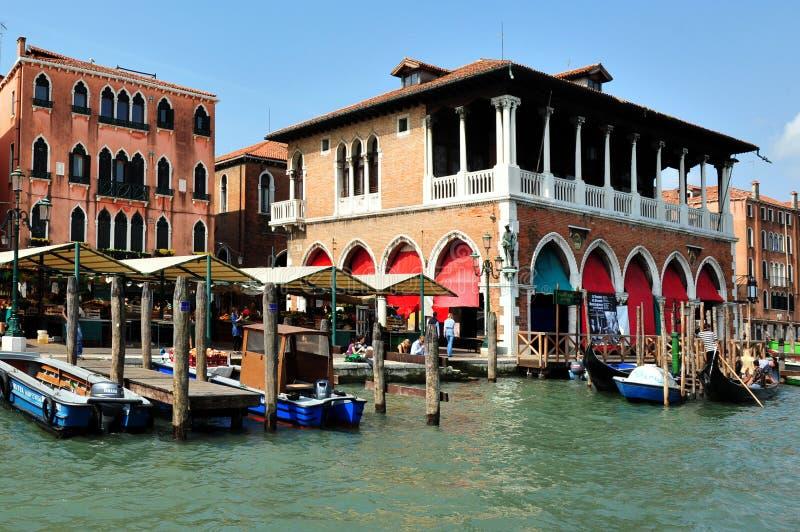 Городской пейзаж Венеции - рынок Rialto стоковые фотографии rf