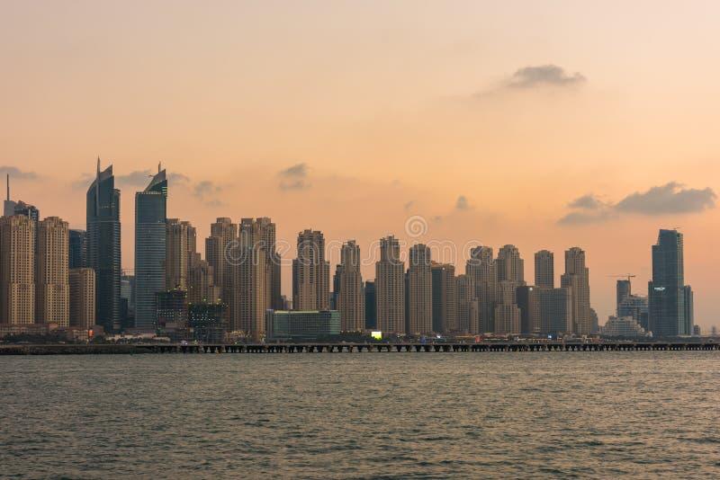 Городской пейзаж вечера города Дубай, ОАЭ стоковое фото rf