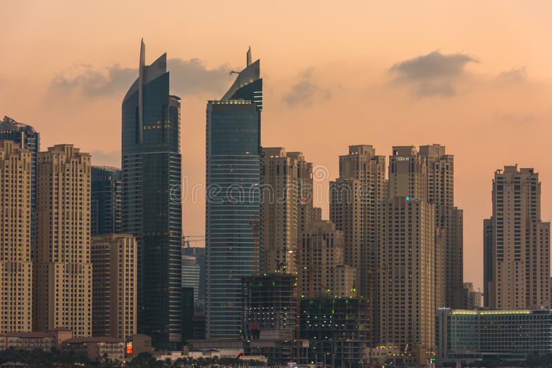 Городской пейзаж вечера города Дубай, ОАЭ стоковые фото