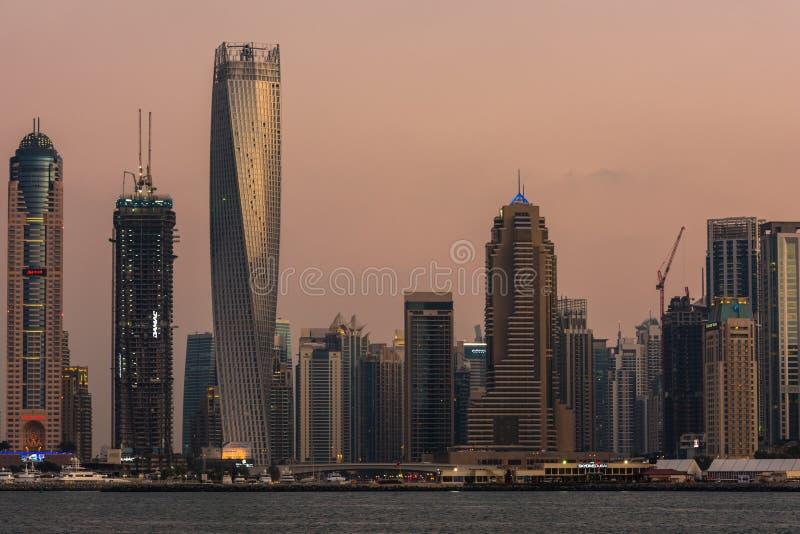 Городской пейзаж вечера города Дубай, ОАЭ стоковые изображения rf