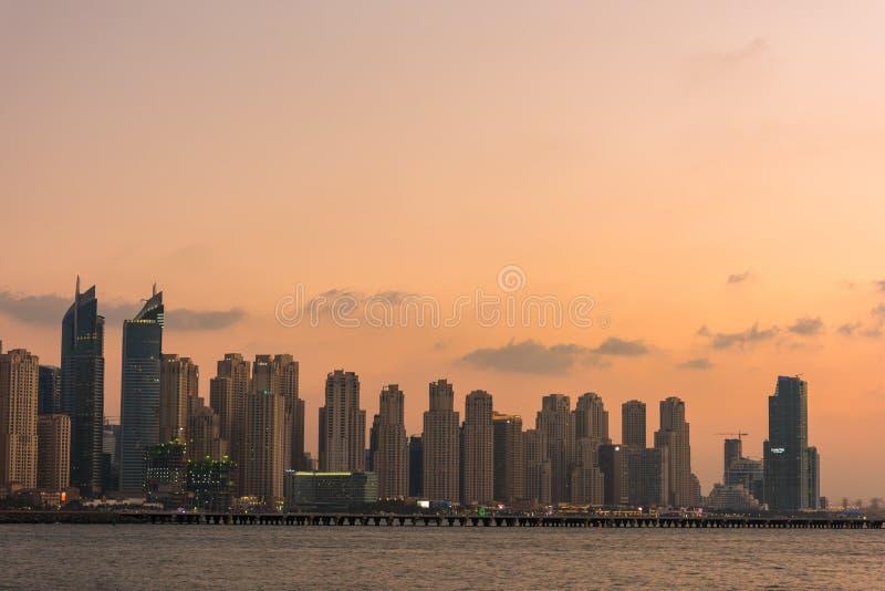 Городской пейзаж вечера города Дубай, ОАЭ стоковое изображение