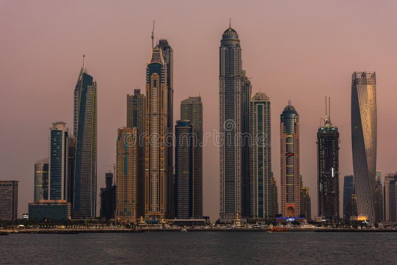 Городской пейзаж вечера города Дубай, ОАЭ стоковое изображение rf