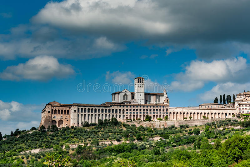 Городской пейзаж взгляда Assisi от полей стоковые фотографии rf