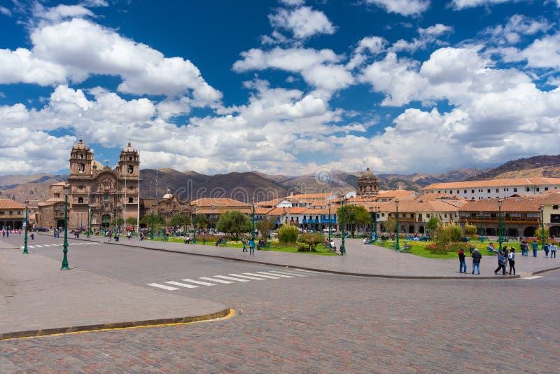 Городской пейзаж главной площади в Cusco, Перу, с сценарным небом стоковое фото