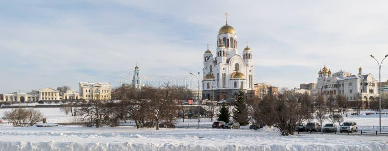 Городской пейзаж Екатеринбурга к дому и собору Rastorguevs в зиме стоковое фото rf
