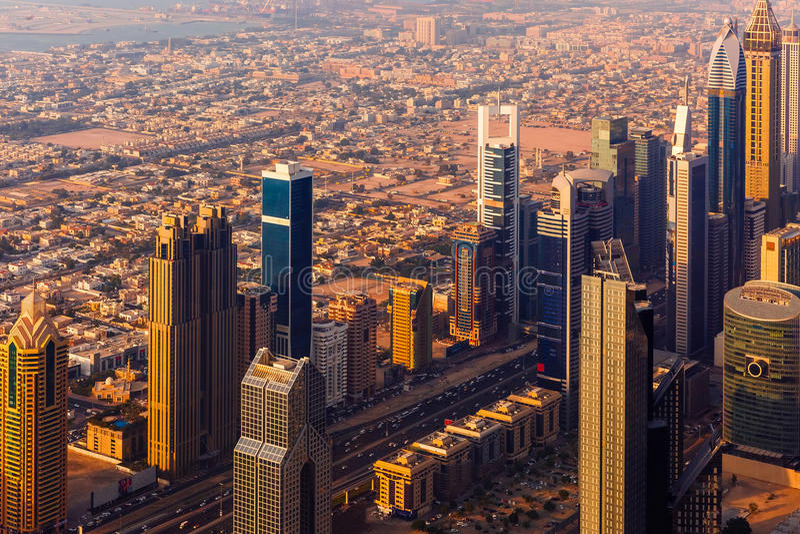 Городской пейзаж захода солнца Дубай сверху стоковое фото