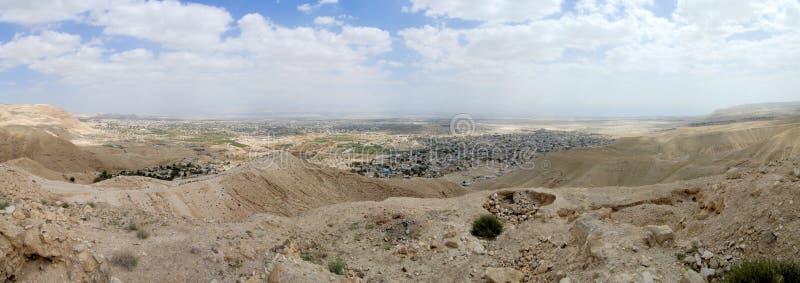 Городской пейзаж Иерихона от пустыни Иудеи. стоковое фото rf