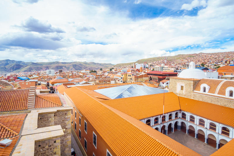 Городской пейзаж колониальной кудели Potosi - Colegio Nacional Pichincha - Боливии стоковое фото