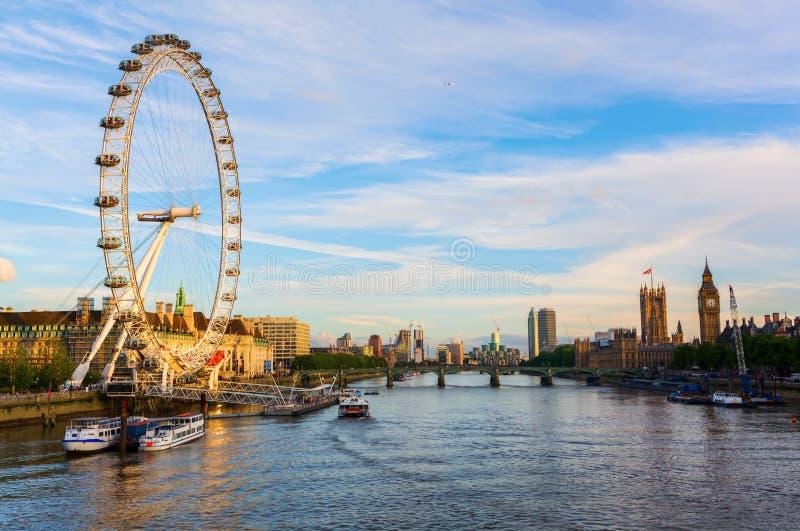 Городской пейзаж Лондона осмотрел над Темзой стоковое изображение rf