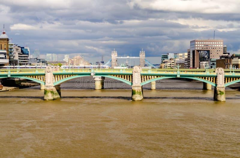 Городской пейзаж Лондона с мостом башни над мостом Southwark стоковые изображения