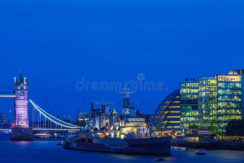 Городской пейзаж Лондона увиденный от реки Темзы стоковая фотография rf