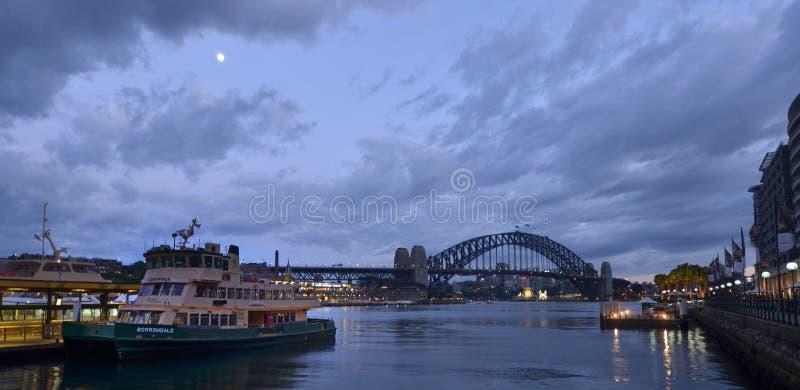 Городской пейзаж набережной Сиднея круговой на сумраке Сиднее Новом Уэльсе стоковое изображение