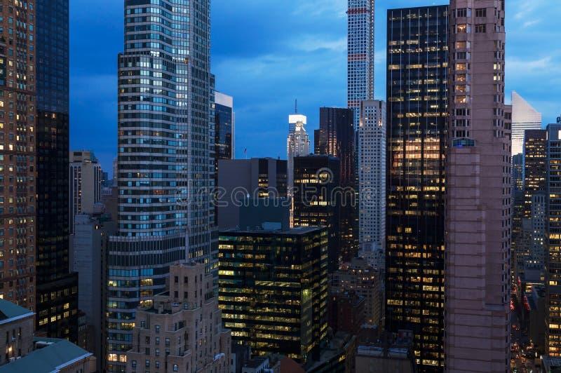 Городской пейзаж небоскребов Нью-Йорка на ноче стоковое фото rf