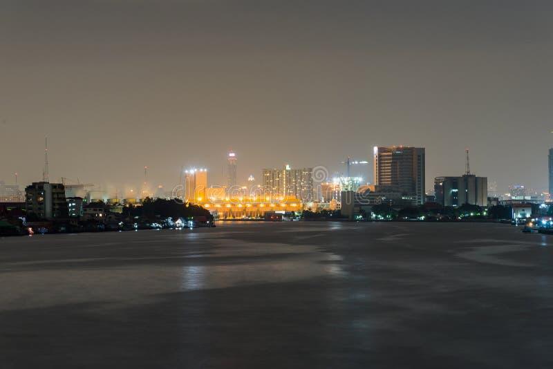 Download Городской пейзаж ночи реки в городе Бангкока, Таиланде Стоковое Изображение - изображение насчитывающей зодчества, landmark: 81811067