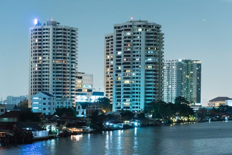 Download Городской пейзаж ночи реки в городе Бангкока, Таиланде Стоковое Фото - изображение насчитывающей ландшафт, центр: 81811154