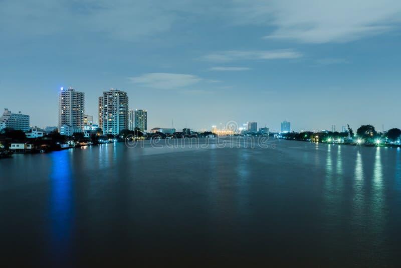 Download Городской пейзаж ночи реки в городе Бангкока, Таиланде Стоковое Фото - изображение насчитывающей космос, небо: 81811408