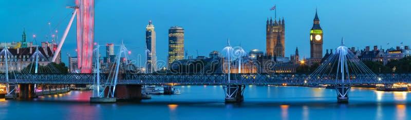 Городской пейзаж панорамы большого Бен и моста Вестминстера с рекой Темзой Лондоном Англией Великобританией стоковые фото