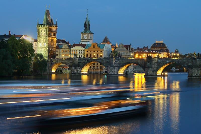 Городской пейзаж Праги с Карловым мостом в вечере стоковые изображения