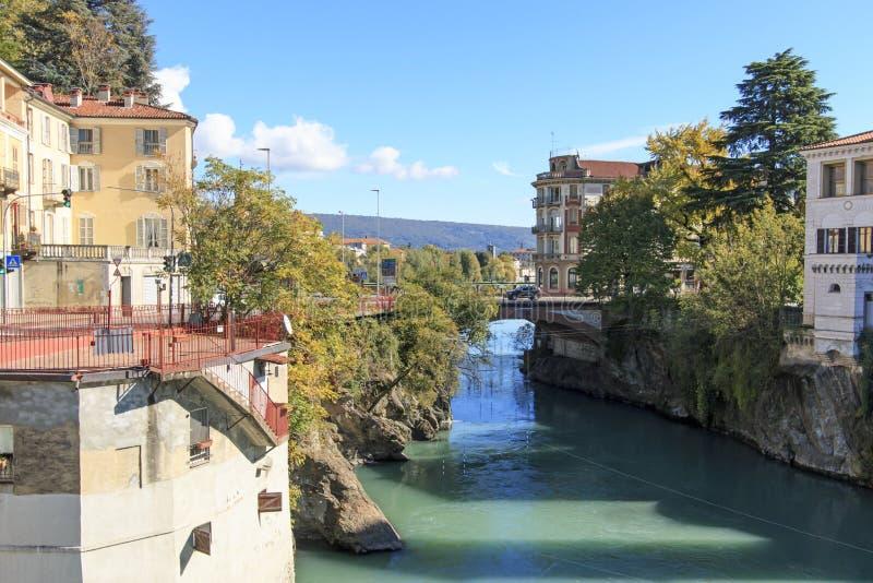 Городской пейзаж реки и Ivrea Доры Baltea в Пьемонте, Италии стоковое изображение