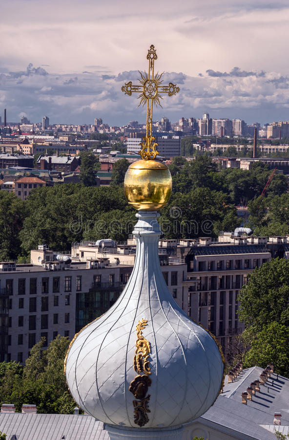 Городской пейзаж Санкт-Петербурга с облаками, деревьями, бульварами от саммита собора Smolniy стоковые фото
