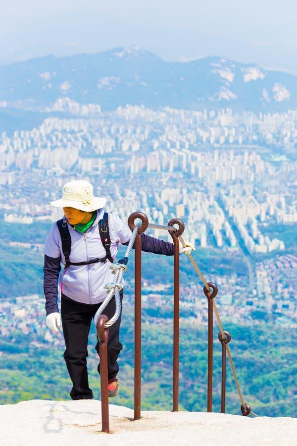 Городской пейзаж Сеула Trekker горы Bukhansan женский стоковое фото rf