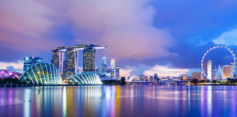 Городской пейзаж Сингапура во время захода солнца стоковые фото