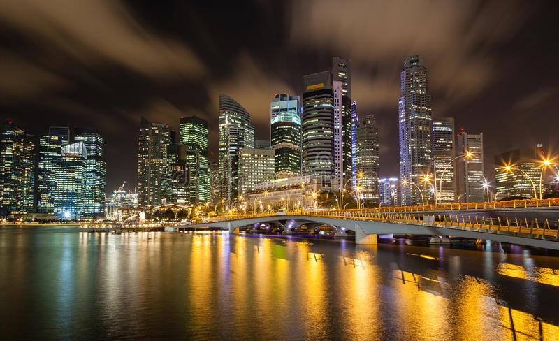 Городской пейзаж Сингапура на ноче на заливе Марины стоковое фото rf